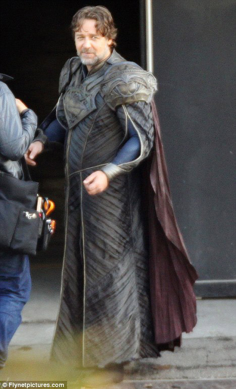 Russell Crowe è Jor-El sul set di Man of Steel
